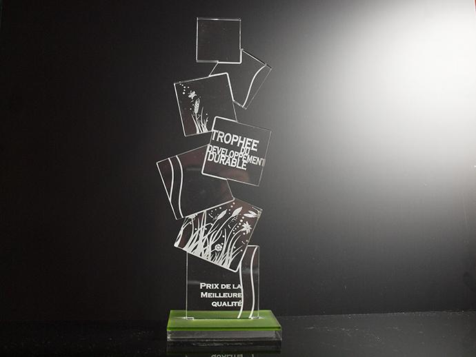 Trophée avec socle de couleur, écriture blanche